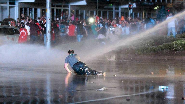 Dziś w nocy w stolicy kraju Ankarze ok. 5 tys. demonstrantów zebrało się na placu Kizilay, w centrum miasta. Zostali zaatakowani przez setki policjantów, którzy gazem łzawiącym i armatkami wodnymi usiłowali ich rozpędzić