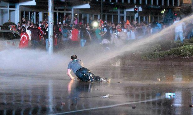 Dzi� w nocy w stolicy kraju Ankarze ok. 5 tys. demonstrant�w zebra�o si� na placu Kizilay, w centrum miasta. Zostali zaatakowani przez setki policjant�w, kt�rzy gazem �zawi�cym i armatkami wodnymi usi�owali ich rozp�dzi�