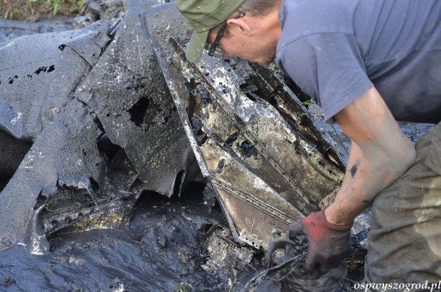 Wrak samolotu z II wojny odnaleziony w starorzeczu Bzury. Wydobyto ludzkie szczątki