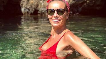 Agnieszka Włodarczyk niczym nimfa wodna wypływa z basenu. Ależ ona ma ciało