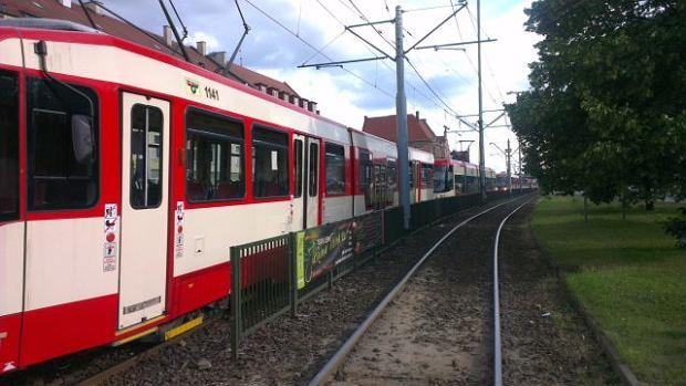 Kobieta z dzieckiem wjecha�a prosto pod tramwaj