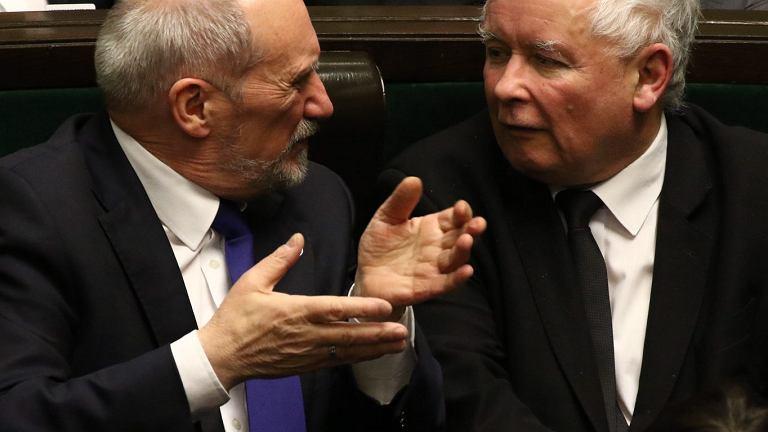 Antoni Macierewicz i Jarosław Kaczyński w sejmie, 10 stycznia 2018.