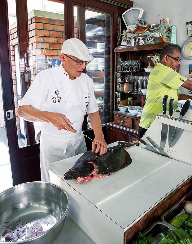 W restauracji Chez Wong pracują tylko dwie osoby: kelner i właściciel, który osobiście przygotowuje wszystkie potrawy.