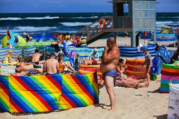 Teraz właśnie jest ten moment gdy na wszystkich polskich plażach otulających morze bałtyckie zbierają się całe rodziny z parawanami. Z uwagi na niesprzyjający teren do budowy, na plażach nie stawiają żadnych dyskontów i sklepów z zimnymi napojami. Stwarza to okazję dla wszystkich Januszów biznesu, którzy zakładają lodówki turystyczne na plecy i ruszają prosto w las parasoli aby zarobić trochę pieniędzy na handlu obwoźnym. Wielu z nich to niezwykle kreatywni ludzie potrafiący zachęcić swoich klientów do wydawania pieniędzy w niekonwencjonalne sposoby.
