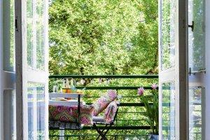 Balkon: ogr�dek za oknami