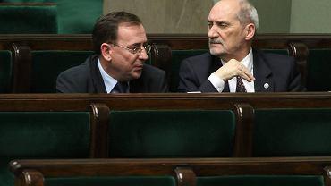 Minister-koordynator służb Mariusz Kamiński i minister obrony narodowej Antoni Macierewicz w Sejmie, grudzień 2015 r.