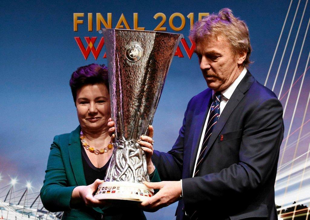 Hanna Gronkiewicz-Waltz i Zbigniew Boniek trzymają trofeum Ligi Europy.