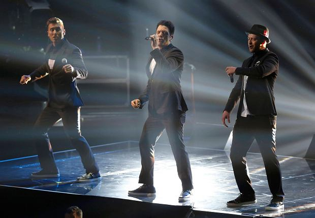 Lance Bass (L), JC Chasez and Justin Timberlake (R) of NSYNC perform during the 2013 MTV Video Music Awards in New York August 25, 2013.   REUTERS/Eric Thayer (UNITED STATES  - Tags: ENTERTAINMENT)  (MTV-SHOW)