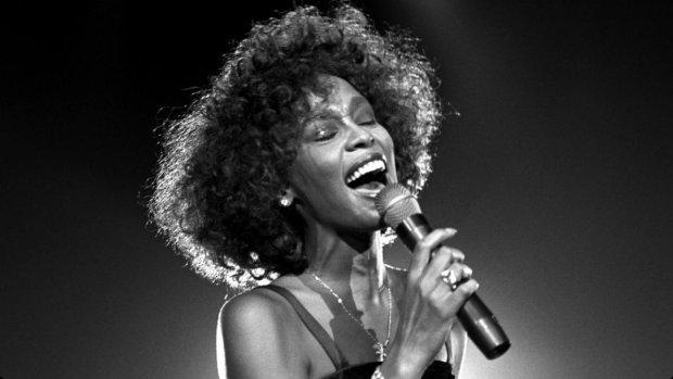 Są takie głosy i piosenki zarazem, których nie sposób zapomnieć. Nie tylko dlatego, że wciąż słyszymy je w radiu i przywodzą Nam na myśl rożne wspomnienia z naszego życia. Ale przede wszystkim z tego powodu, że wykonuje je charakterystyczna wokalistka. Sprawdźcie jakie kobiece głosy, wybraliśmy do naszego zestawienia.