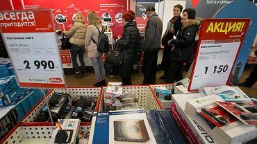 Kolejka do kasy w jednym ze sklepów ze sprzętem elektronicznym w Moskwie