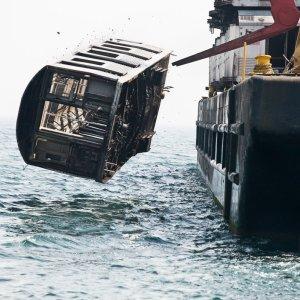 2,5 tysi�ca wagon�w metra na dnie oceanu. Nie, to nie wandalizm