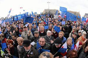 Tysiące ludzi na ulicach cieszą się z obecności w Unii. W TVP Info cisza, a Wiadomości?