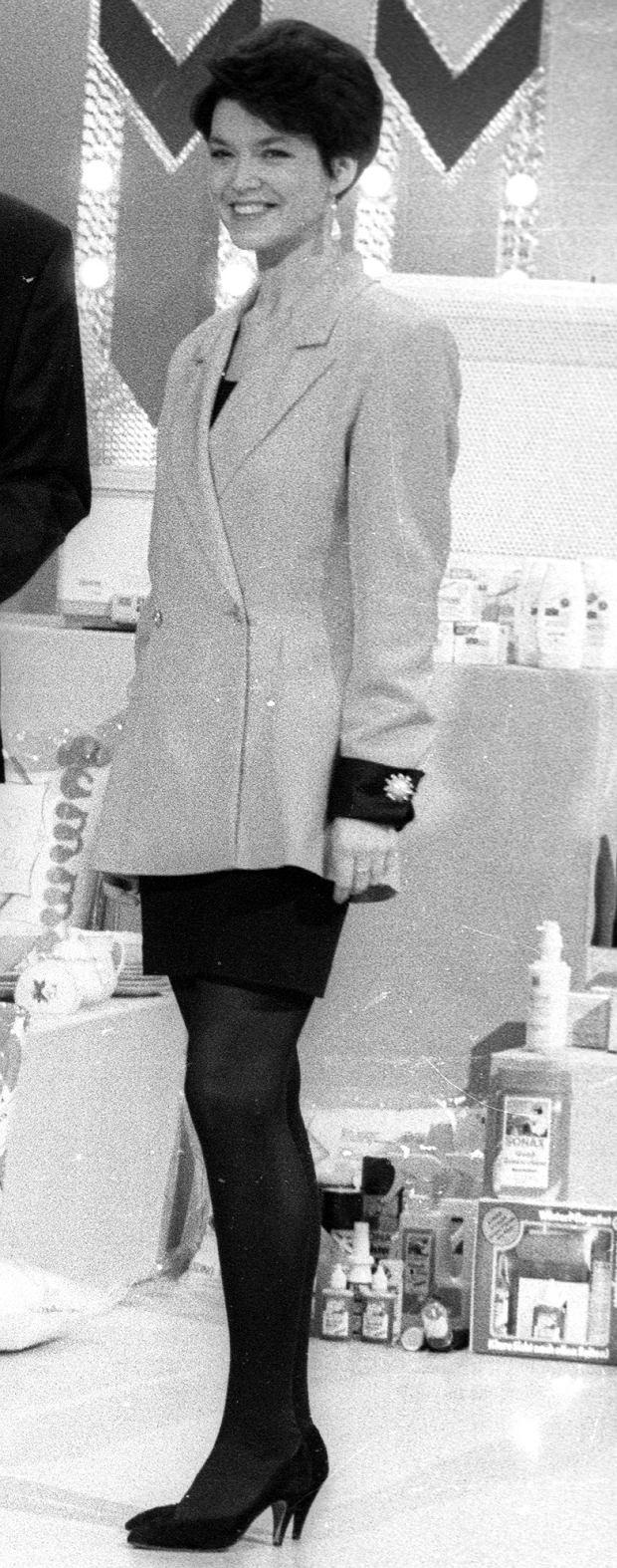 """Warszawa, 16.02.1993. Teleturniej """"Kolo fortuny"""", studio telewizyjne podczas nagrania programu, n/z z lewej Wojciech Pijanowski. Fot. Roman Kotowicz/FORUM"""