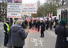 """Manifestacja przed rosyjską ambasadą. """"Dowody przetrzymuje ten łajdak, który rządzi w Rosji"""""""
