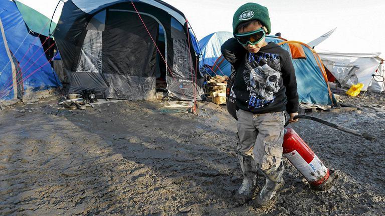 Chłopiec w obozie dla uchodźców nieopodal Dunkierki, Francja