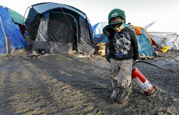 Ch�opiec w obozie dla uchod�c�w nieopodal Dunkierki, Francja