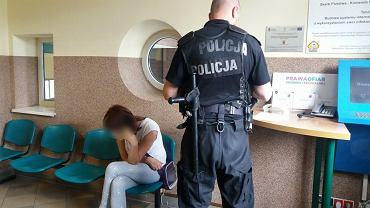 Zabrze: Policjanci zatrzymali pijaną matkę, której niemowlak wypadł z wózka