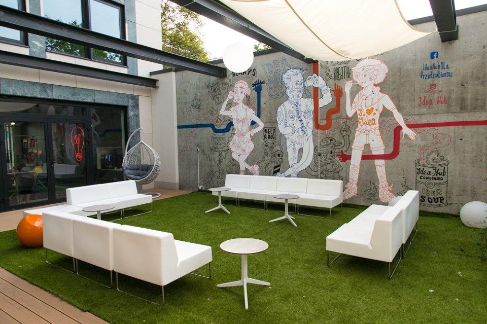 Biznesmen w trampkach i t shircie mural ozdobi darmowe for Mural ursynow