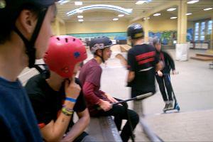 Widowiskowe zawody w jeździe na hulajnodze