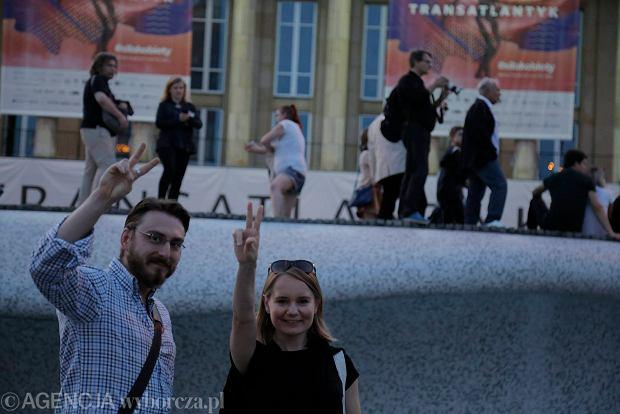 Zdjęcie numer 56 w galerii - Tłumy przed Sądem Okręgowym w Łodzi. Kolejny dzień protestów przeciwko zmianom PiS w sądownictwie [ZDJĘCIA]