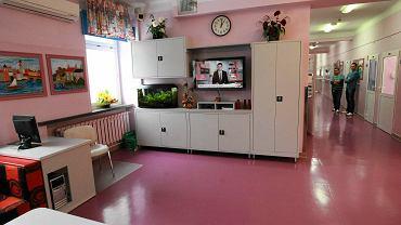 Świetlica na korytarzu. Pacjenci mają dostęp do telewizora oraz komputera bez internetu