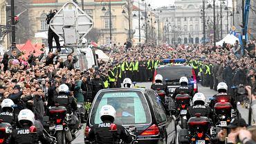 Żałoba narodowa po katastrofie smoleńskiej. Tłumy Polaków wyszły na ulice [kwiecień 2010]