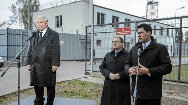 Prezes PiS Jarosław Kaczyński, kandydat PiS na senatora Grzegorz Bierecki i prezydent Białej Podlaskiej Dariusz Stefaniuk 16 października podczas konferencji przed Ośrodkiem dla Cudzoziemców w Białej Podlaskiej