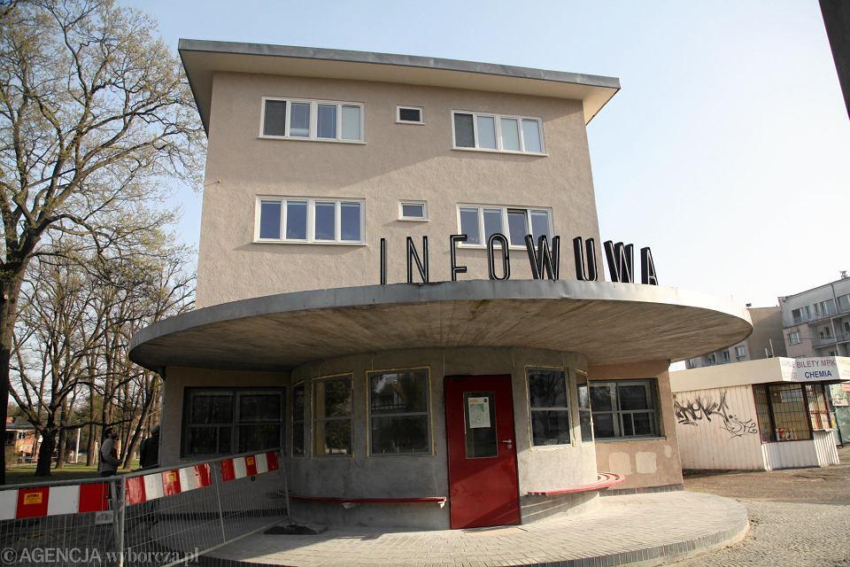 Neon 'INFO WUWA' został tylko na chwilę ustawiony na dachu - w celu sprawdzenia, czy pasuje