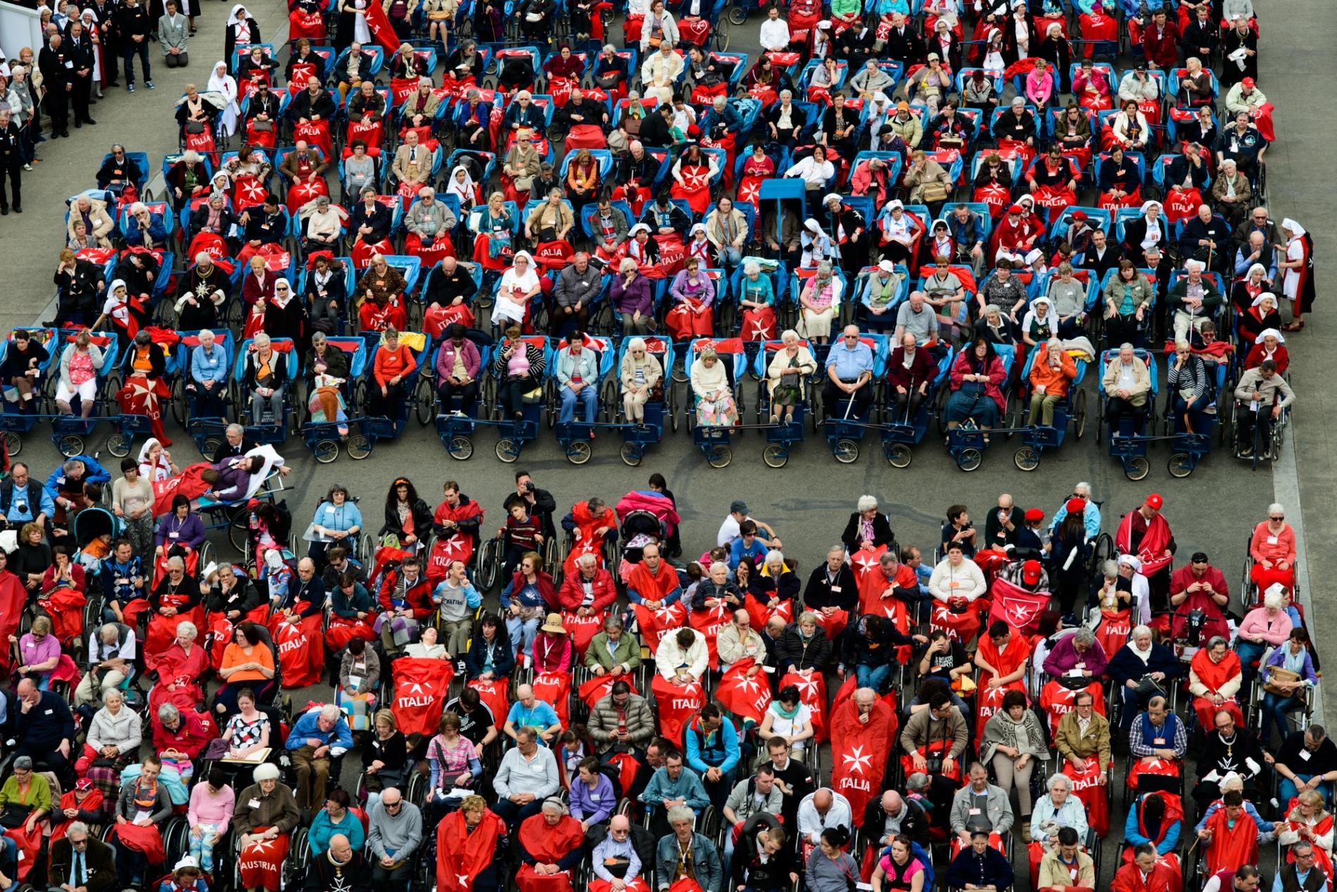 Chorzy na placu przed bazyliką czekają na nabożeństwo (fot. Piotr Idem)