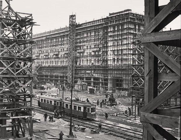 Ca�y nar�d budowa� swoj� stolic�. Warszawa z lat 50. na zdj�ciach z Narodowego Archiwum Cyfrowego