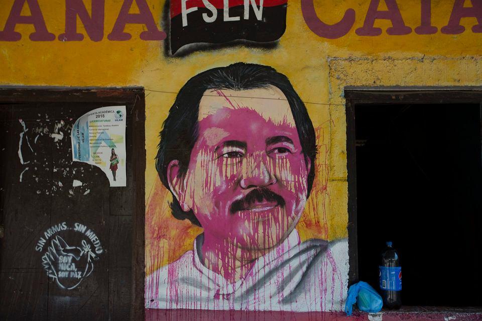 Zniszczony mural z wizerunkiem prezydenta Nikaragui Daniela Ortegi w mieście Catarina.