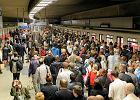 Ogromne opóźnienia w metrze. Tłumy na stacjach, ludzie mdleją w wagonach. Remont daje się we znaki