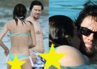 Sk�pe bikini ods�oni�o niemal ca�� pup�. Wiedzieli�cie, �e Mark Wahlberg ma tak seksown� �on�?