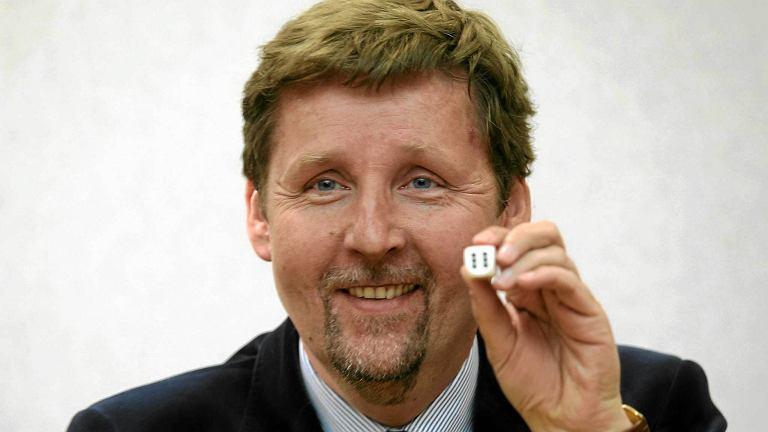 Marek Migalski podczas losowania numerów dla list kandydatów na posłów do Parlamentu Europejskiego