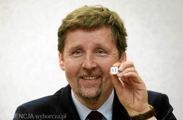 Marek Migalski podczas losowania numer�w dla list kandydat�w na pos��w do Parlamentu Europejskiego