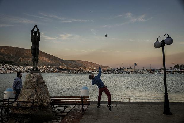 Fotograf wojenny na sennej greckiej wyspie. Bogowie wezmą odwet [FOTOREPORTAŻ]