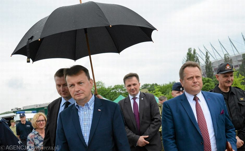 Minister spraw wewnętrznych i administracji Mariusz Błaszczak i wiceminister spraw wewnętrznych i administracji Jarosław Zieliński