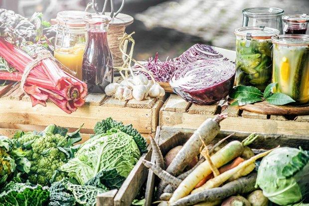 Nie jesteśmy w swoim ciele sami - mieszka z nami ekipa mikroorganizmów. Jak odżywiać się, by wspierać te dobre?