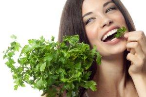 Nieświeży oddech? Wprowadź te produkty do diety!