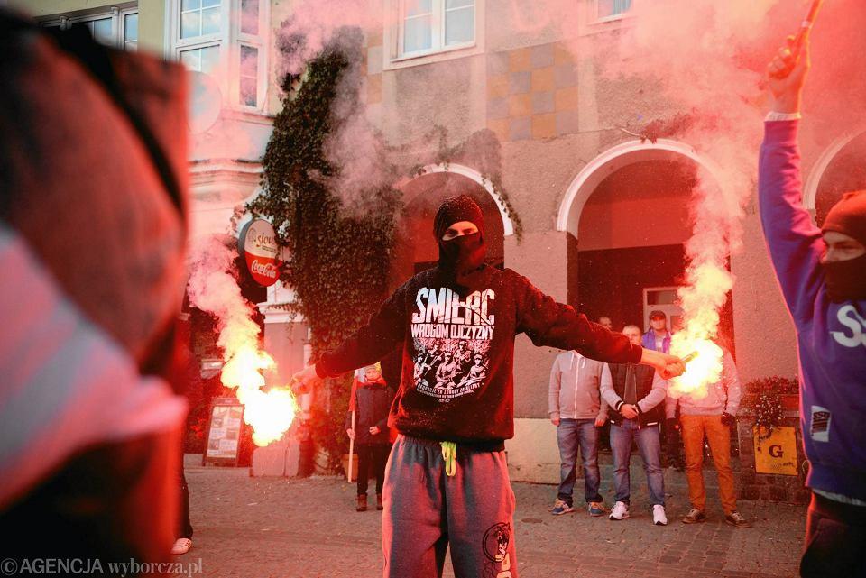 Październik 2015 r., Olsztyn. Narodowcy podczas pikiety przeciwko przyjmowaniu uchodźców, zorganizowanej pod hasłem 'Olsztyn przeciwko imigrantom'