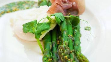 Zielone szparagi, jajo poszetowe, szynka dojrzewająca