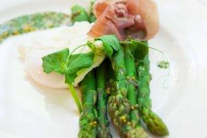 �niadanie mistrz�w: zielone szparagi z jajkiem w koszulce i szynka dojrzewaj�c�. Cisowianka. Gotujmy zdrowo - mniej soli