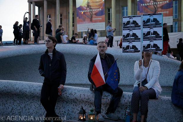 Zdjęcie numer 55 w galerii - Tłumy przed Sądem Okręgowym w Łodzi. Kolejny dzień protestów przeciwko zmianom PiS w sądownictwie [ZDJĘCIA]