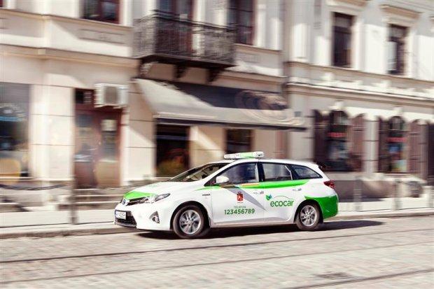 Hybrydowe taks�wki Toyoty w Warszawie i Wroc�awiu