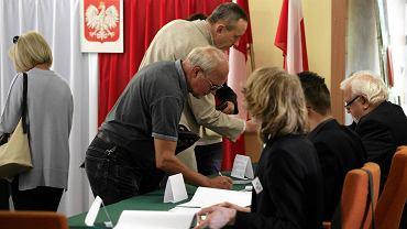 24 maja Polacy wybierają prezydenta. W II turze o fotel ubiegają się Bronisław Komorowski i Andrzej Duda. Wg pierwszych danych PKW frekwencja jest nieznacznie wyższa niż w I turze. W niektórych lokalach wyborczych ustawiały się kolejki wyborców po kartę do głosowania
