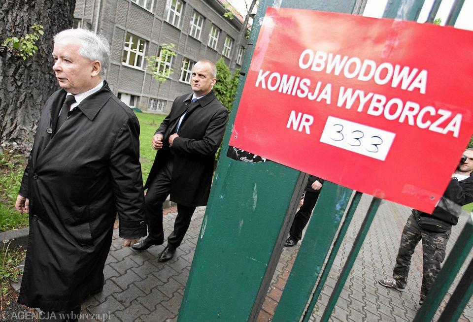Prezes PiS Jarosław Kaczyński po głosowaniu w wyborach prezydenckich w maju 2015 r.