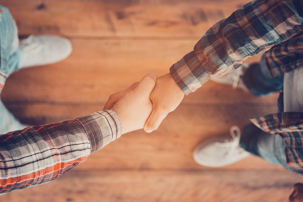 Nawiązywanie nowych relacji odgrywa bardzo istotną rolę w życiu każdego człowieka (fot. g-stockstudio / iStockphoto.com)