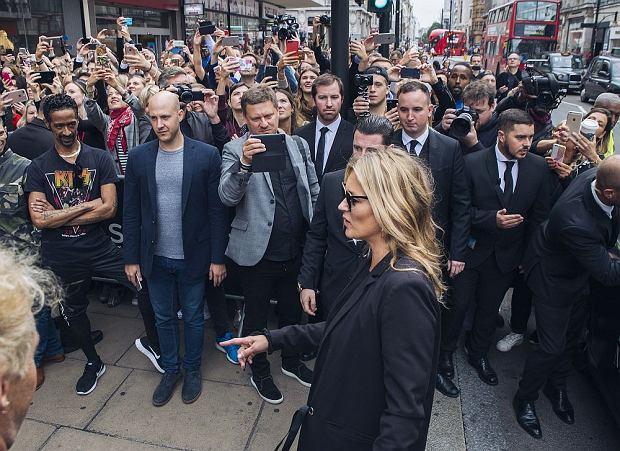 Wielki moment: Kate opuszcza taksówkę
