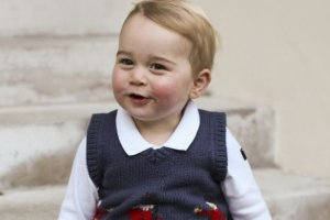 """Ksi��� Cambridge z dynastii Windsor�w, """"royal baby"""", trzeci w kolejce do tronu. Te znamy. Ale TAKIEGO tytu�u George jeszcze nie mia�!"""