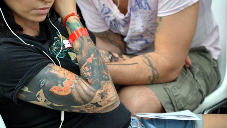Organizm kobiety zareagował na tatuaż nietypowo